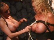Lesben Mistress fesselt die Blondine