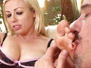 Fuß Fetisch Blondine gibt den Blowjob