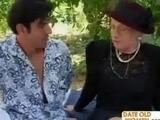 Granny Sex im Freien